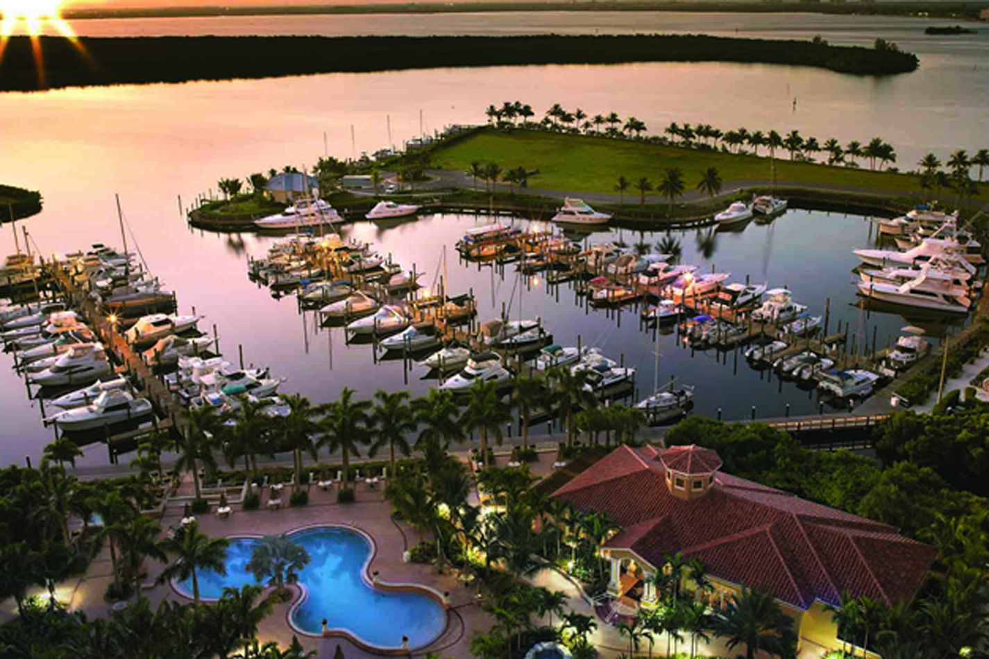 Cape Coral Mini Palace, a property with water sports facilities, an outdoor swimming pool and barbecue facilities, is situated in Cape Coral, 2.7.