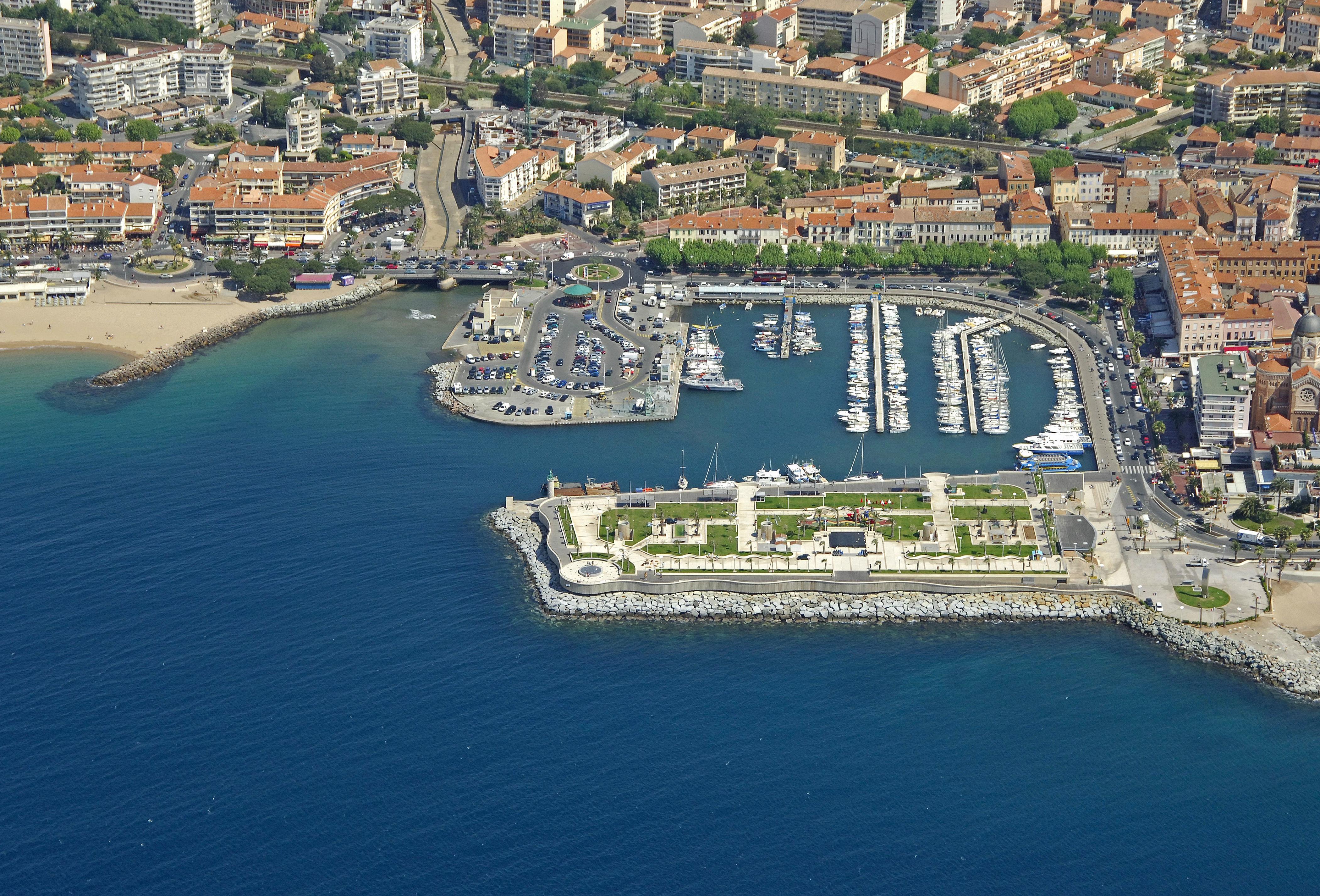 Vieux port st raphael in saint raphael france marina - Restaurants port santa lucia saint raphael ...
