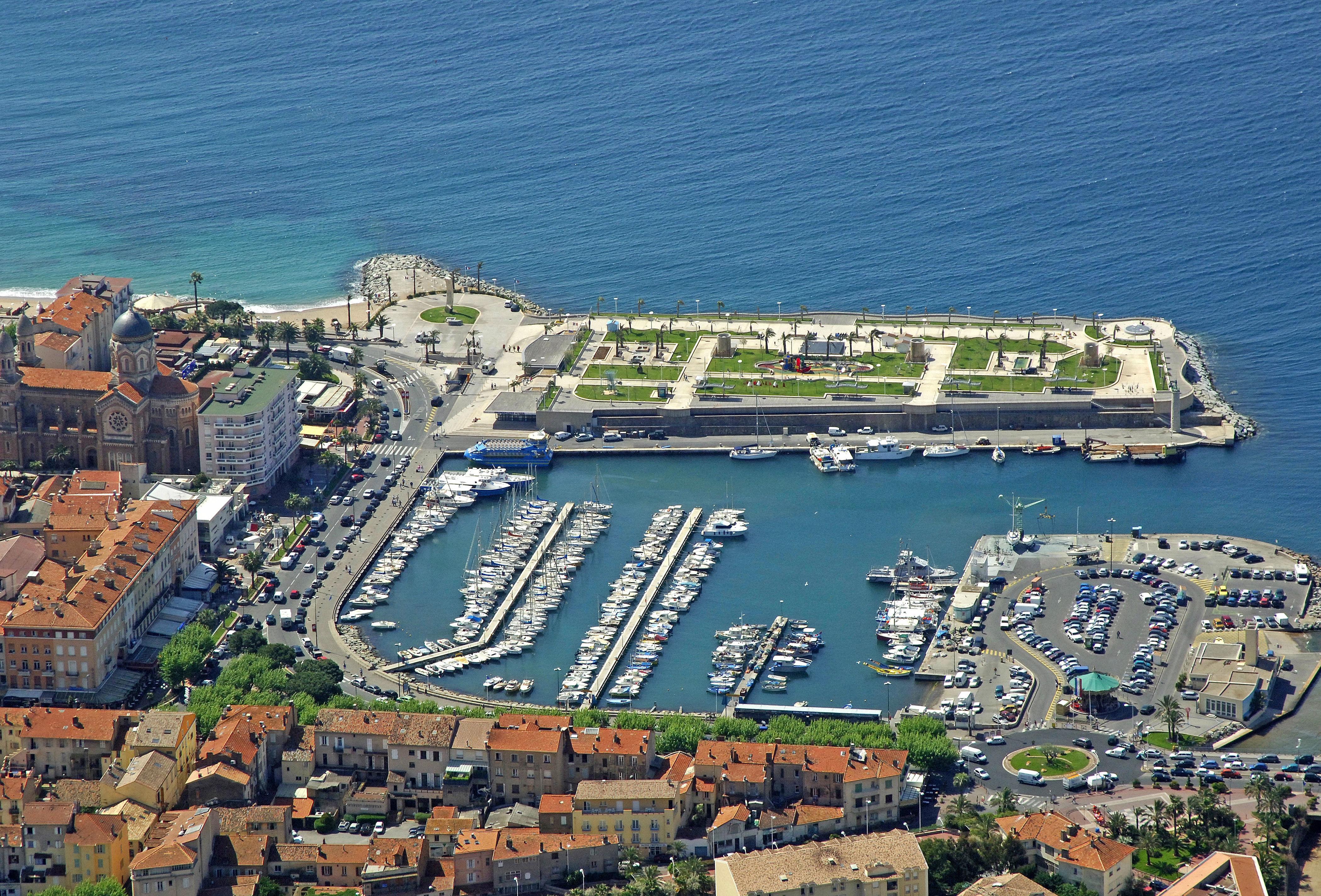 Vieux port st raphael in saint raphael france marina - Restaurant port santa lucia saint raphael ...