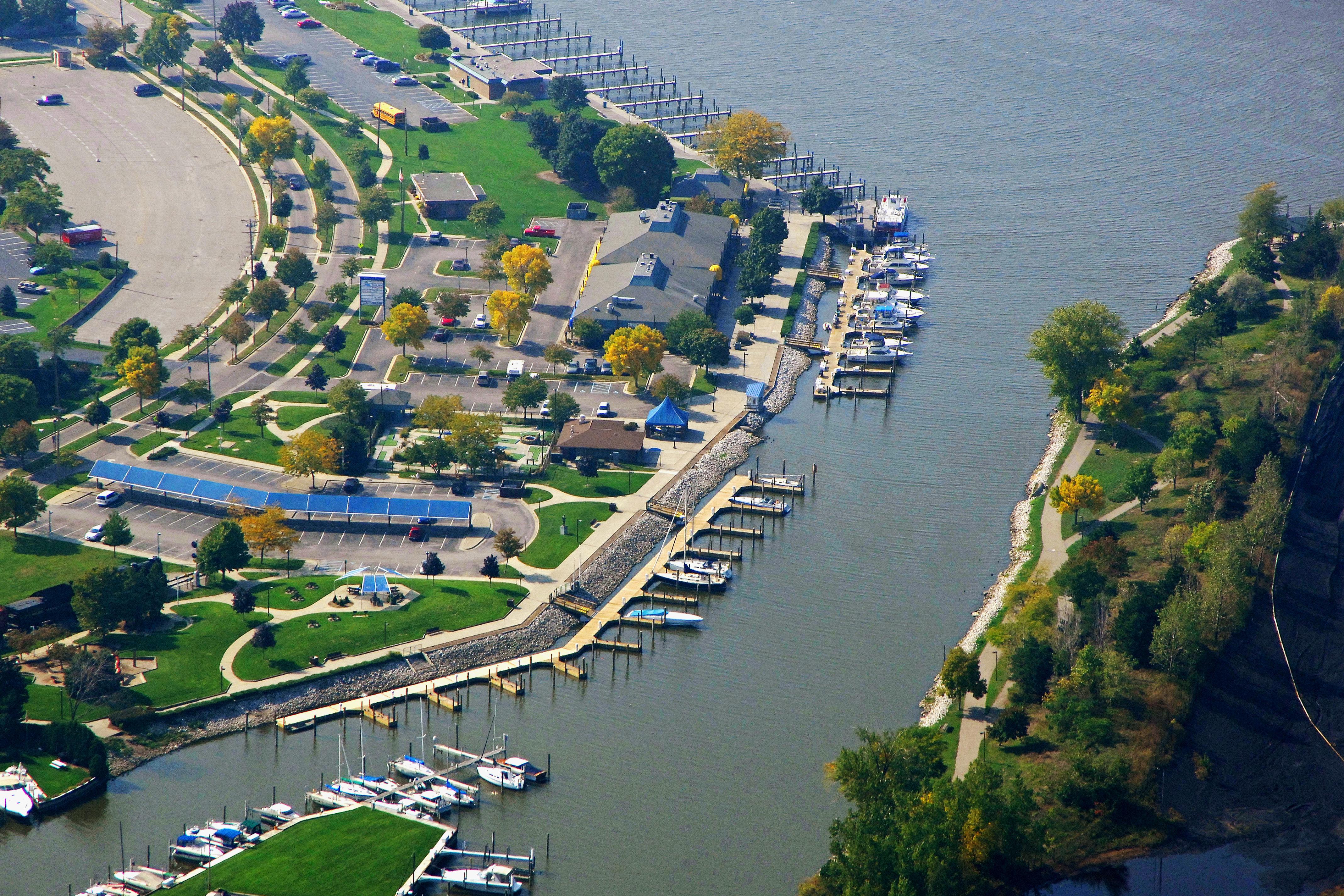 2 vtg. GRAND HAVEN, MICHIGAN postcards, Boat traffic in