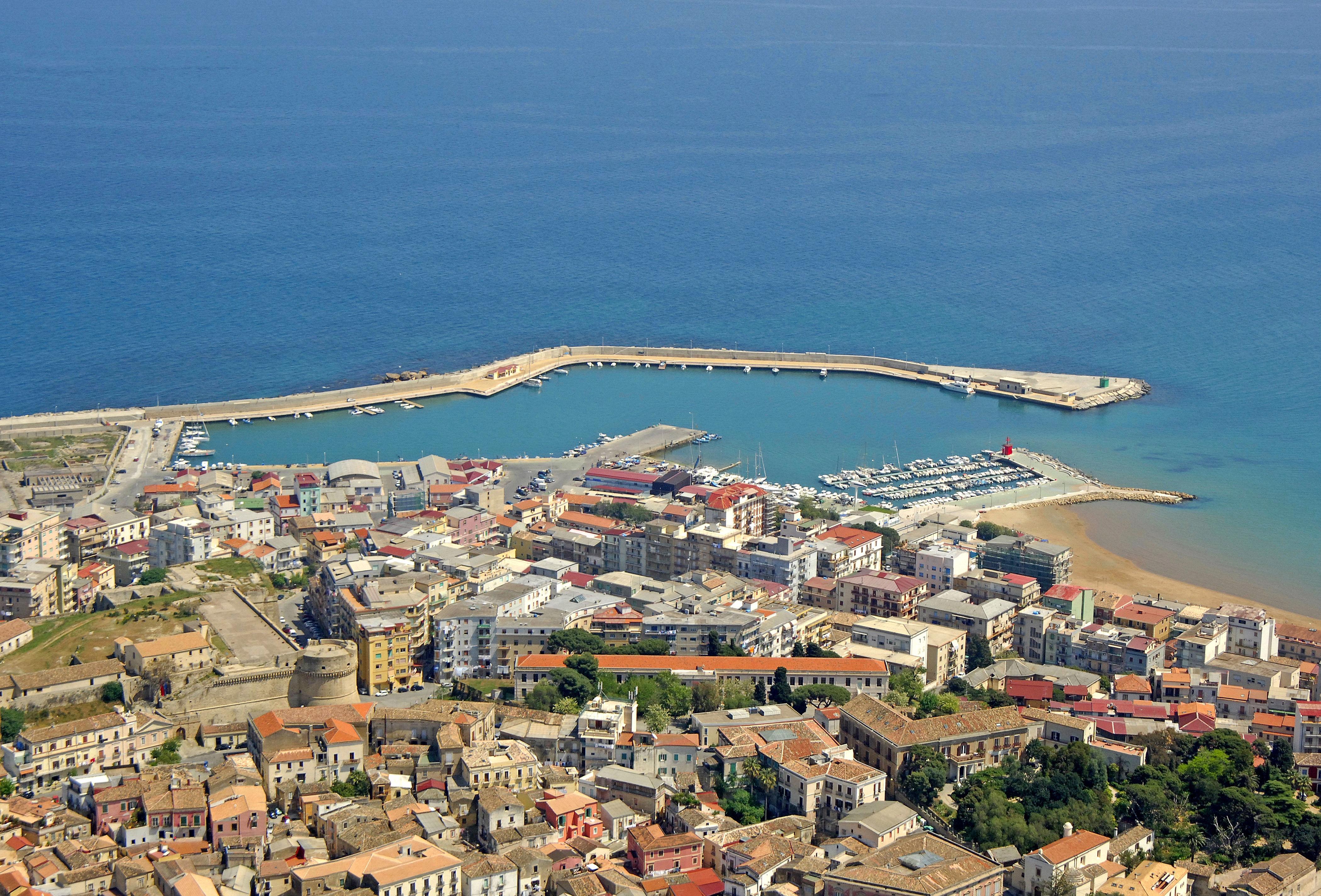 Crotone porto vecchio mar in crotone calabria italy for Arredamenti d autore crotone