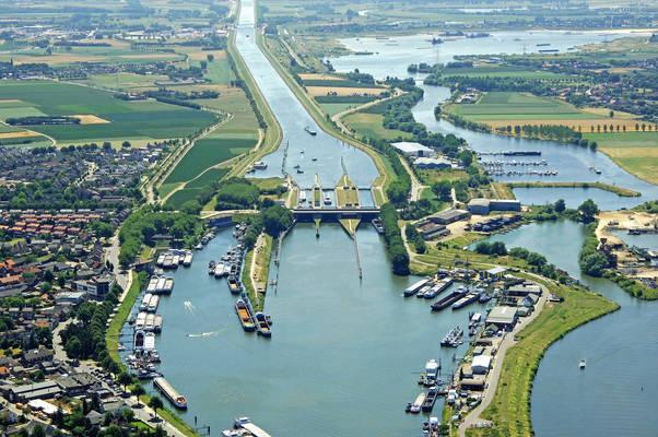 Sluizen Te Maasbracht Bridge